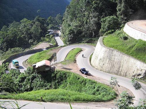 Kelok Sambilan sebelum ada jembatan layang (Sumber: http://warun99ambar.blogspot.com/2012/12/kelok-9-sumatera-barat.html)
