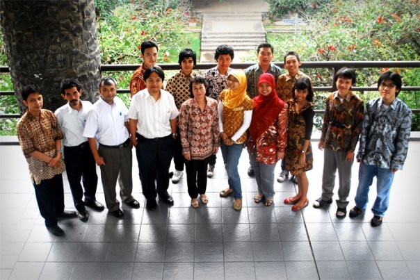 Kaisar bersama para dosen dan asisten Lab IRK (3).
