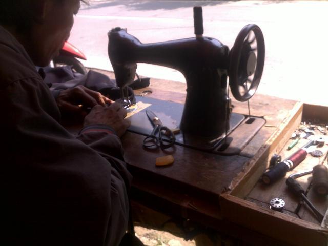 Pak Ajun dan mesin jahit tuanya yang masih berfungsi baik