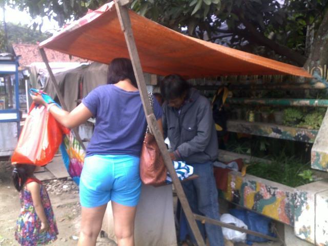 Pak Ajun sedang menerima order permak pakaian dari pelanggan