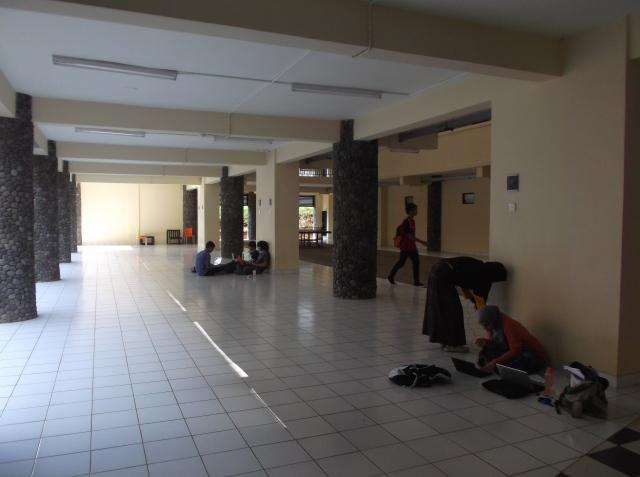 Lantai dasar yang adem, luas, dan nyaman untuk belajar secara lesehan