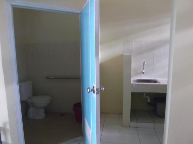 Kamar mandi di dalam kamar dan di sebelahnya pantry.