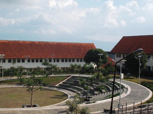Amphitheater tampak dari lantai atas tower asrama.
