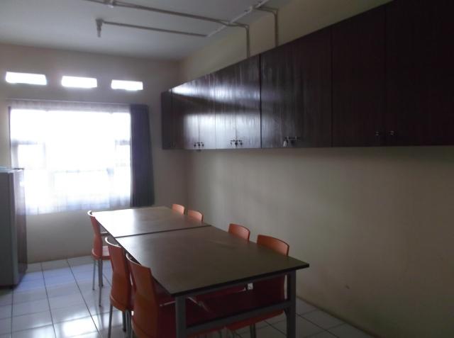 """Satu kamar pada setiap lantai disediakans ebagai ruang """"common"""", dapat dipakai untuk tempat belajar bersama atau untuk diskusi/rapat"""