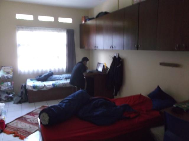 Atas seizin penghuni kamar ini, saya memotret kondisi di dalam kamar.
