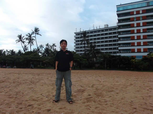 Foto narsis di Pantai Sanur dengan latar belakang Hotel Inna Grand Bali Beach