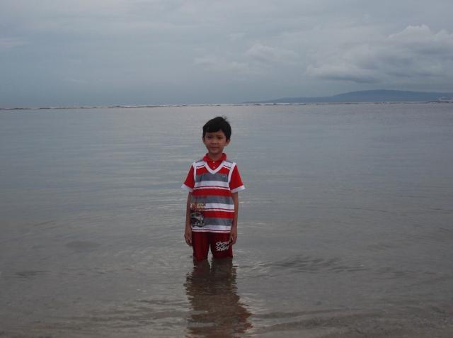 Air laut di bibir pantai nyaris tiada berombak, serasa berdiri di pinggir danau saja.