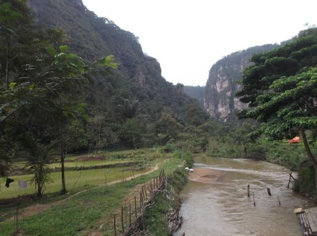 Sebuah sungai mengalir di dasar lembah.