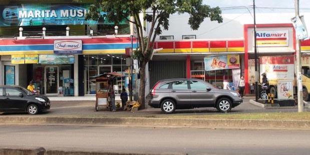 Dua minimarket Alf*mart dan Ind*mart yang saling berdekatan (Sumber: http://www.ecampindonesia.com/5-alasan-mengapa-indomaret-dan-alfamart-selalu-berdekatan/)