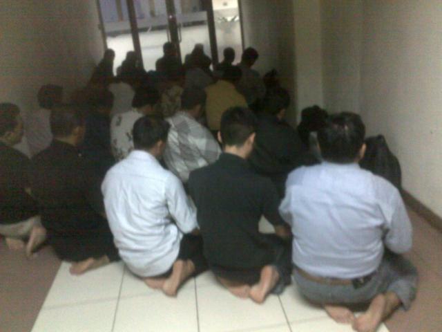 Jamaah yang sholat Maghrib di lorong sebelah mushola