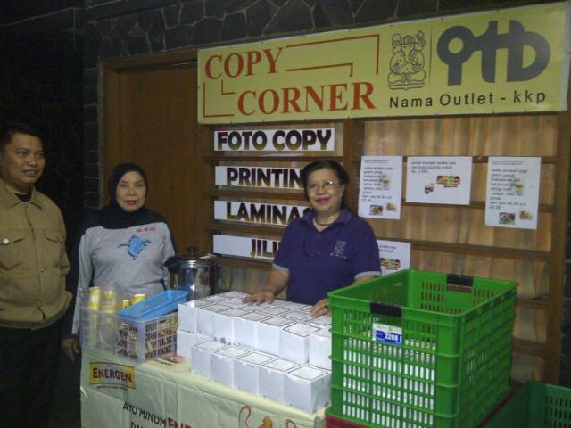 Ibu-ibu KKP siap membagikan paket sarapan gratis (Photo by Andi Oetomo, dosen ITB)