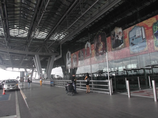 Terminal keberangkatan yang luas. Foto Raja Thai dalam ukuran besar terpampang di mana-mana. Rakyat Thai sangat mencintai rajanya.