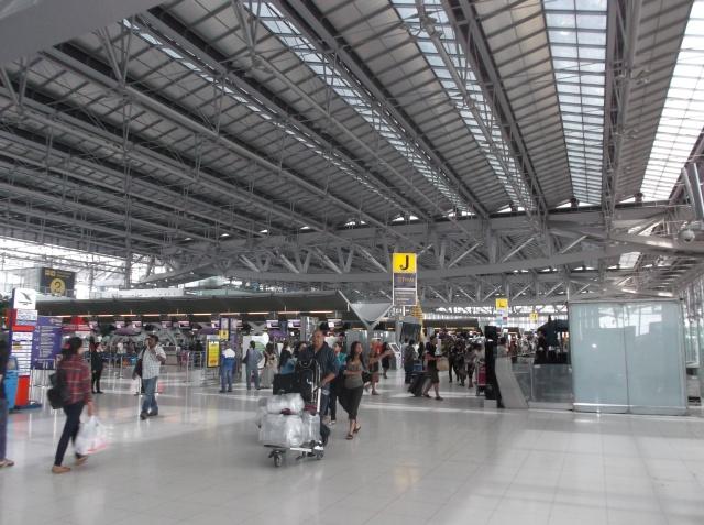 Ruang chek-in yang lapang, Para pengantar boleh masuk hingga ke dalam, mirip dengan konsep yang dipakai Bandara Kuala Namu, Medan.