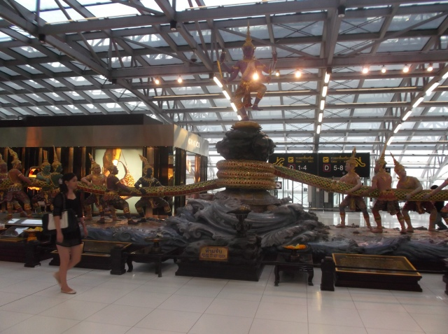 Patung yang merepresentasikan cerita rakyat Thai di lantai ruang tunggu.