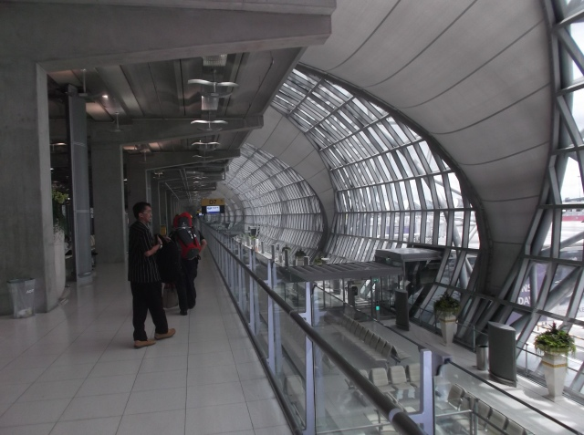Koridor menuju gerbang keberangkatan