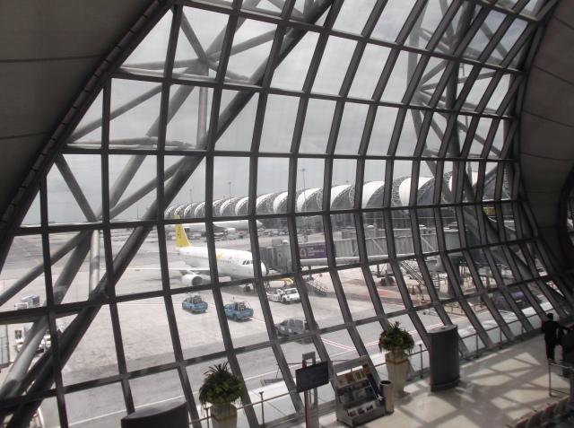 Pemandangan yang luar biasa ke arah landasan parkir pesawat