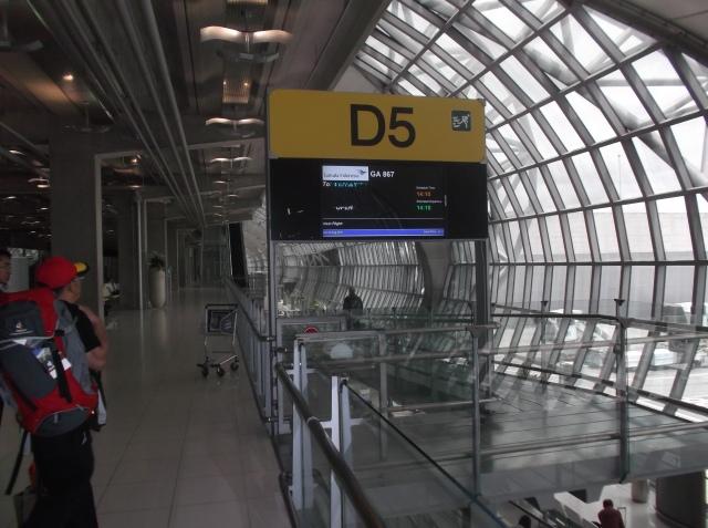 Gate D5, GA867. Ini dia gate untuk Garuda Indonesia