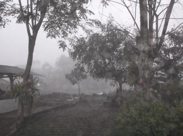 Kabut di lapangan depan rumah