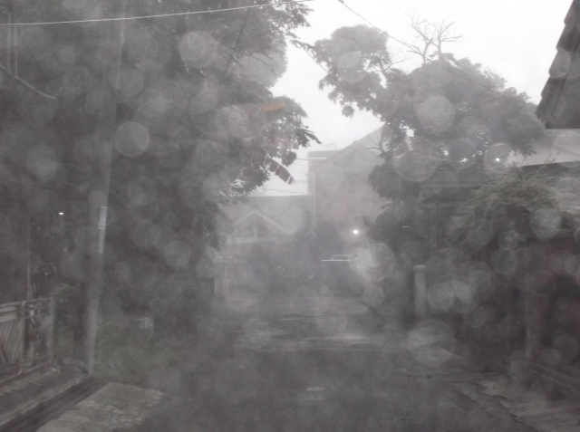 Tititi-titik uap air membasahi kamera ketika saya memfoto jalanan di depan rumah.