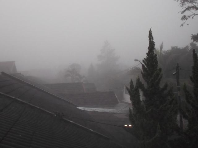 Kabut tampak dari lantai dua rumah saya