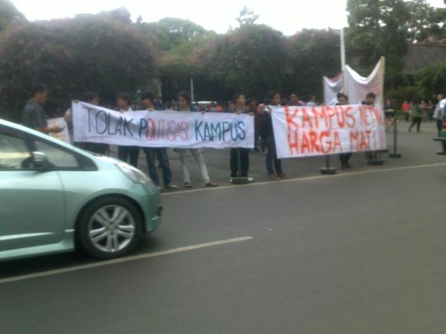 Aksi demo di pintu gerbang kampus, saya potret hari Kamis yang lalu.