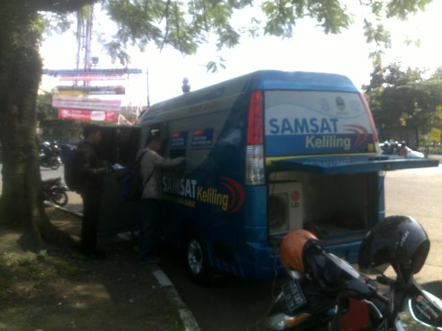 Mobil SAMSAT keliling sedang melayani masyarakat di pinggir jalan Diponegoro