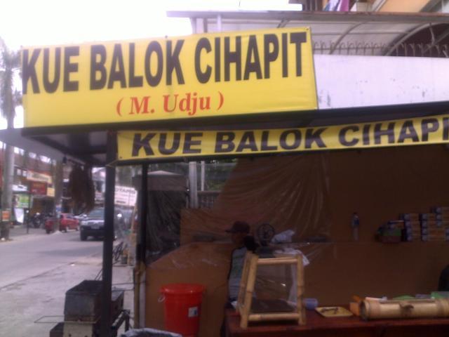 Pedagang kue balok Cihapit cabang Antapani