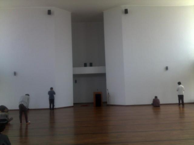 Lantai dari kayu dan dinding depan (mihrab), persis seperti di Masjid Salman 1