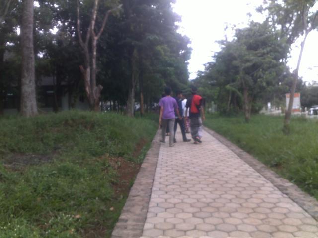 Jalan setapak menuju gedung-gedung di dalam kampus ITB