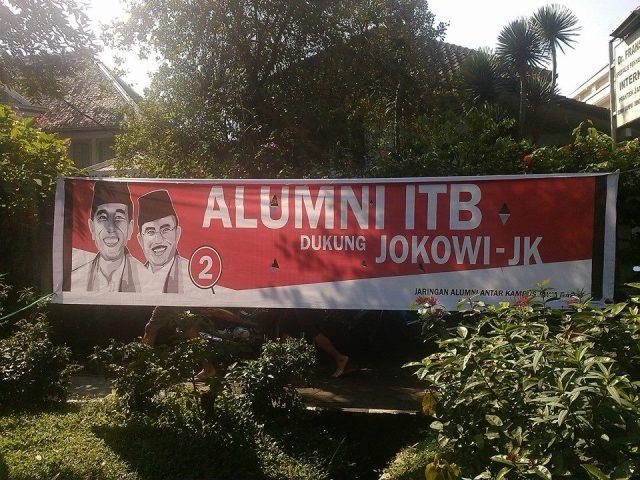 Spanduk dukungan alumni ITB  kepada Jokowi-JK di area Dago Car Free Day