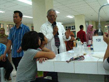 Dunia Kimia Anak bersama Drs. Hiskia Ahmad (Sumber: http://www.itb.ac.id/news/image/1729)