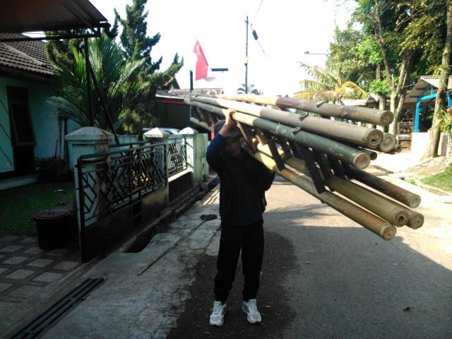 Mamang penjual tangga bambu, sapu panjang, dan penjolok buah lewat di depan rumah.