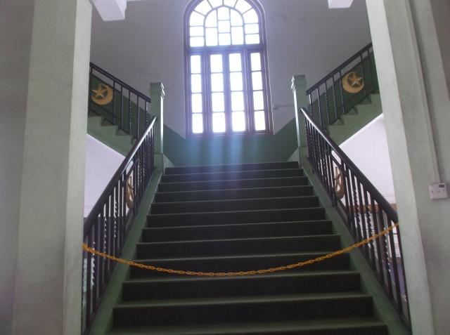 Tangga ke lantai dua masjid