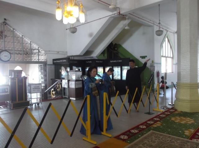 Turis asal Jepang sedang melihat-lihat ke dalam masjid