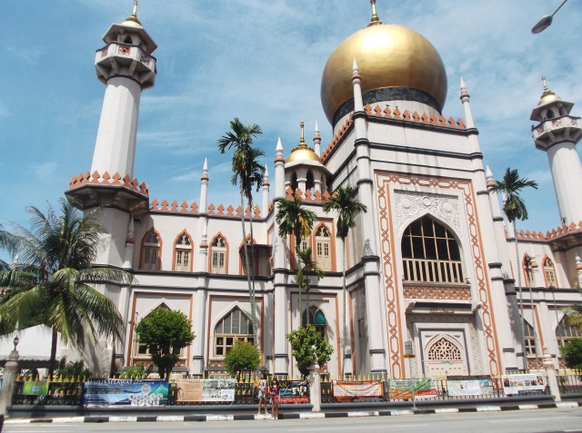 Masjdi Sultan di pinggir jalan yang ramai di Kampung Glam.