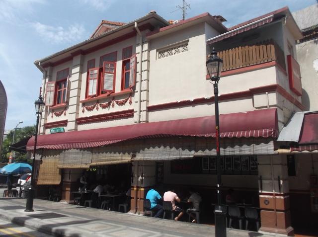 Rumah makan padang, salah satu restoran yang terletak di belakang masjid Sultan.
