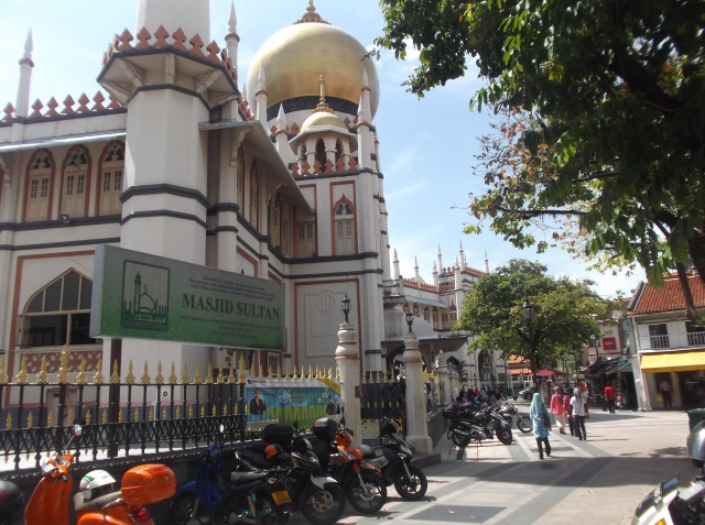 Jalan di belakang masjid