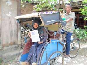 Herayati bersama ayahnya Sawiri tampak gembira menerima surat keterangan lulus tes dari ITB, Minggu (3/8).  (Sumber: http://bantenraya.com/metropolis/7066-herayati-anak-si-tukang-becak-lulus-seleksi-itb)
