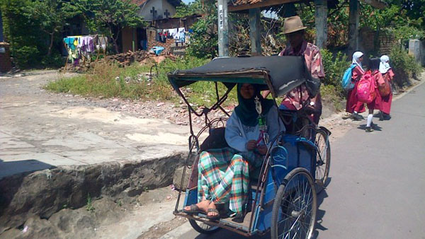 Herawati menumpang becak orang tuanya. Foto: Radar Banten/JPNN.com