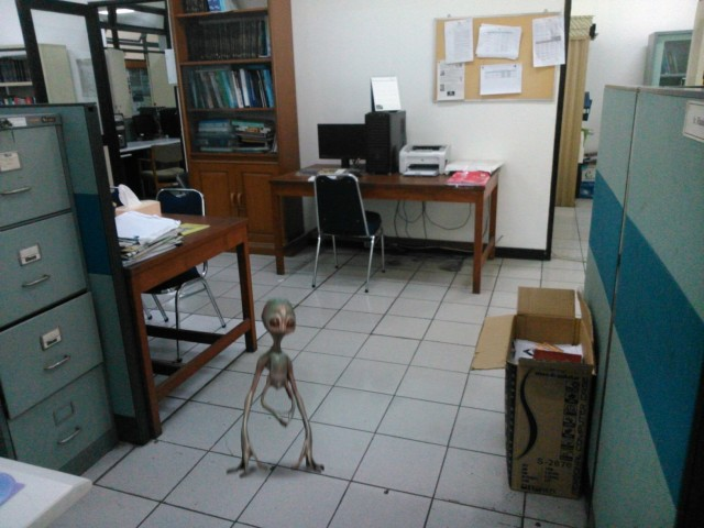 Lagi-lagi alien tersebut muncul di dalam foto, kali ini di dalam ruangan di Lab