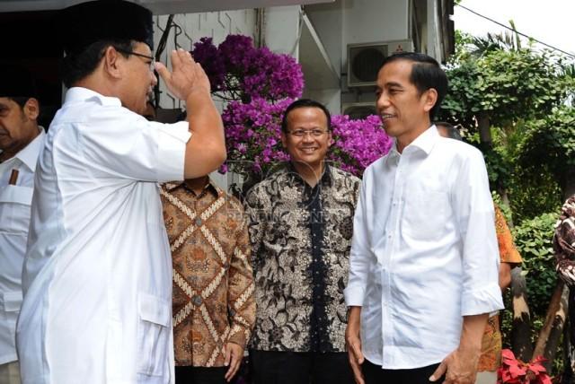 Ketua Umum Partai Gerindra Prabowo Subianto (kiri) memberi salam hormat kepada Presiden terpilih Joko Widodo usai melakukan pertemuan tertutup di Rumah Kertanegara, Kebayoran Baru,Jakarta (17/10/2014). Sumber foto: Republika.