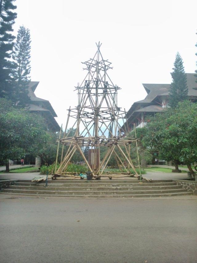 Menara bambu di tengah kampus.