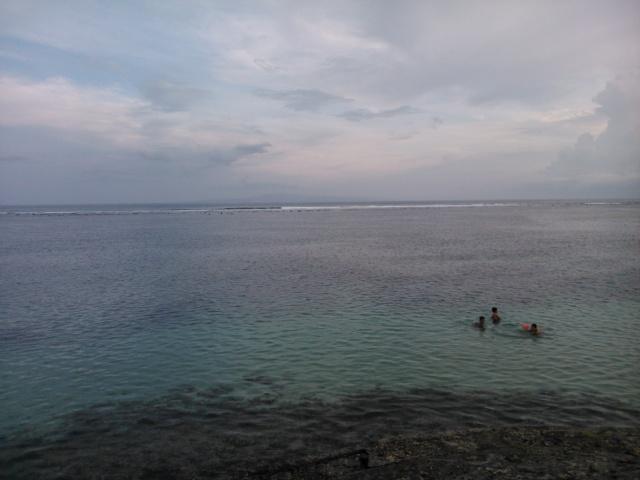Berenang di sini serasa di  danau karena tidak ada ombak di pinggir pantai