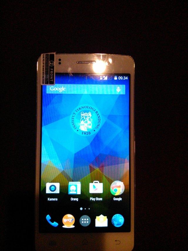 Tampak depan ponsel Ivo dengan sistem operasi Android