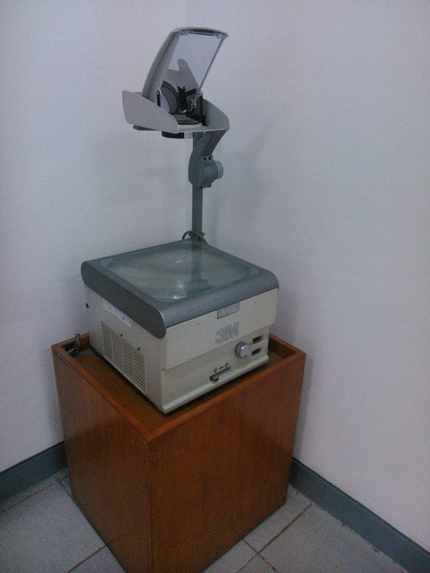 OHP di sudut ruangan kelas