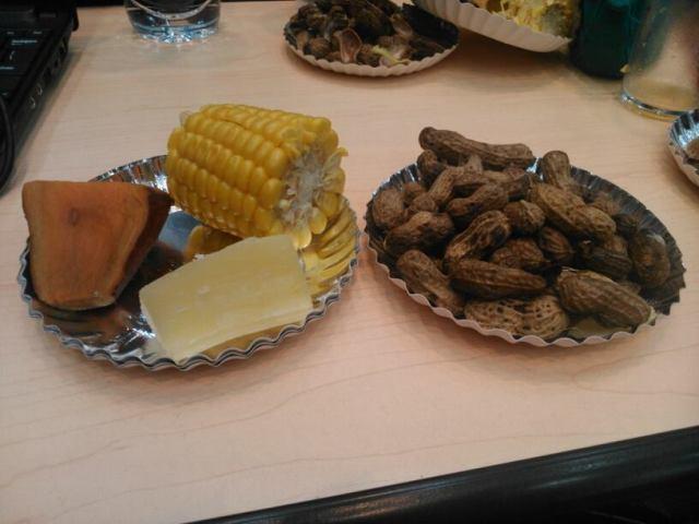 Hidangan rapat berupa jagung, ubi, dan kacang rebus