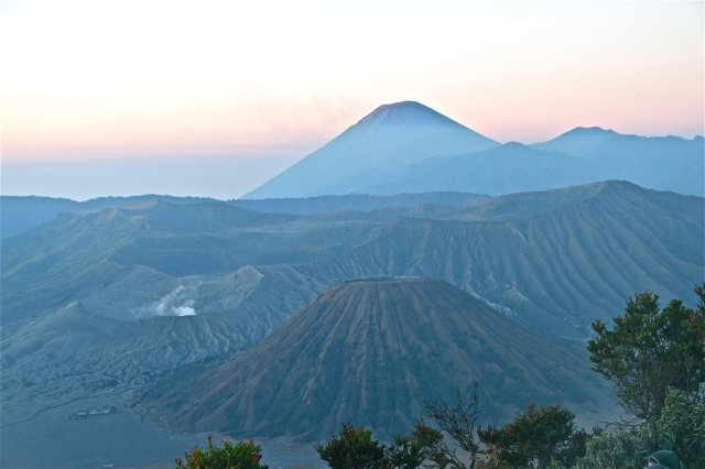 Tiga gunung yang begitu indah. Gunung Batok, Gunung Bromo, dan Gunung Semeru (credit title: Bayu Hendradjaya).