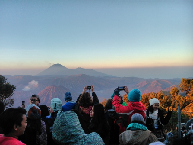 Ratusan orang antri untuk memotret  pemandangan alam yang luar biasa ini.