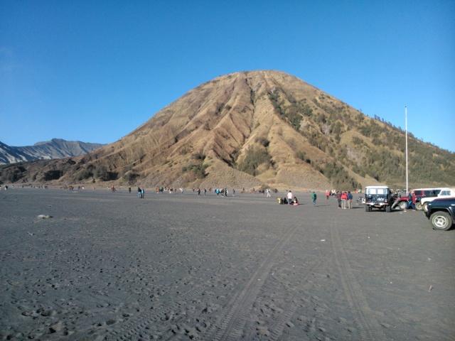 Gunung Batok di hamparan lautan pasir