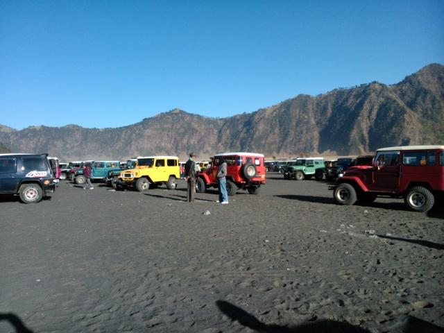 Puluhan jip mengantar wisatawan ke lautan pasir (kaldera Gunung Tengger).